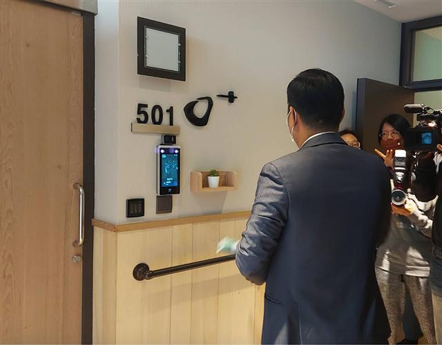 合勤共生宅-苗栗天暖專案經理王鈺佑在501房展示歐加系統人臉辨識。(藍星提供)