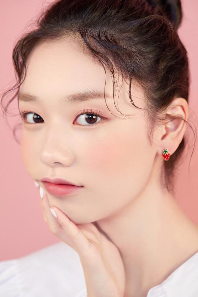 眼妝先用裸粉色打底、淡棕色刷在雙眼皮摺,再以粉金色珠光畫在下眼皮提升明亮感。(ETUDE提供)