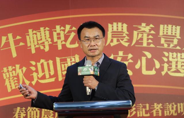 農委會主委陳吉仲(圖)說明農、漁、畜產品節前供應情形,表示已加強規劃調配措施,確保民眾都能以合理價格購買所需食材。(中央社)