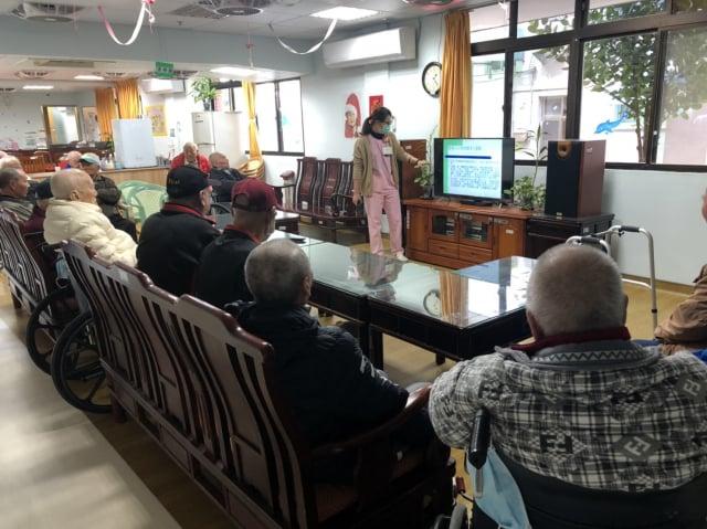 彰化榮家護理師正在和住民們實施衛教。(彰化榮家提供)