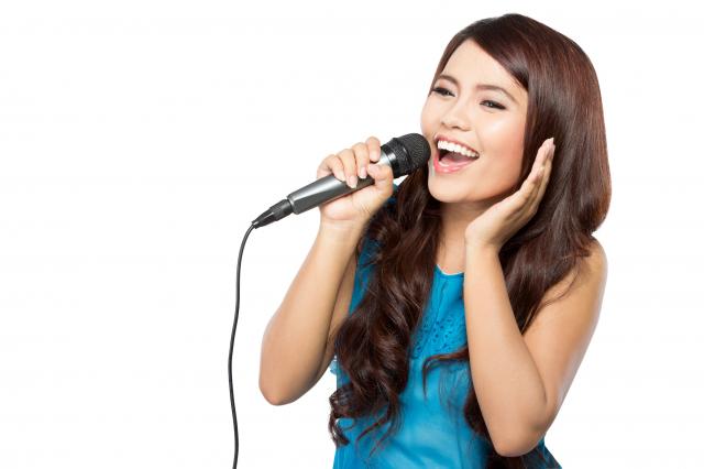 造成聲帶受傷,導致隔天聲音沙啞或各種咽喉不適的元凶,要怎麼K歌不鎖喉,提供祕技給大家參考。(123RF)