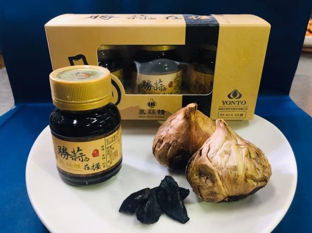 金門大學的黑蒜頭產品,選用雲林產地的優質蒜頭,以全果萃取技術,保留整顆黑蒜的營養成分濃縮而成。圖為黑蒜精。