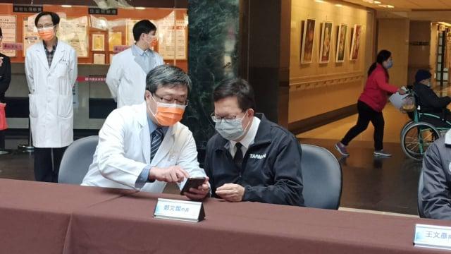 鄭文燦市長稱讚長青護理之家運用APP落實機構人員的健康管理,讓防疫再升級。