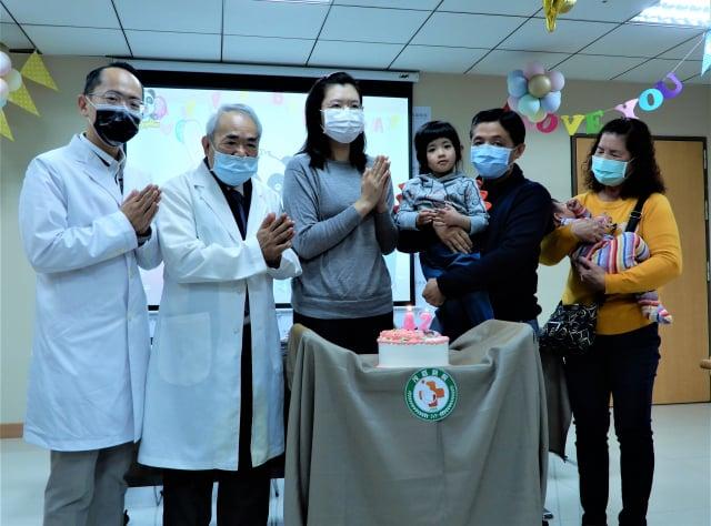茂盛醫院29日為游太太準備生日蛋糕,提前一天慶生,蛋糕上印有兒女的合照。(記者黃玉燕/攝影)