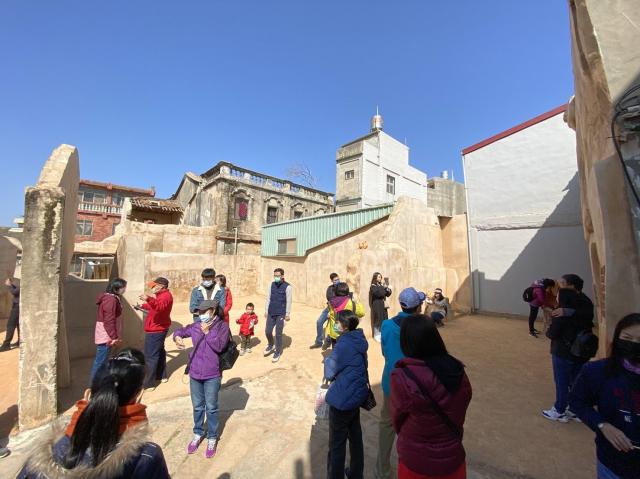金門景點「沙美老街」推出免費導覽解說遊程,1月30日首發登場,吸引不少遊客報名參加同遊。圖為沙美摩洛哥。(金門縣觀光處提供)