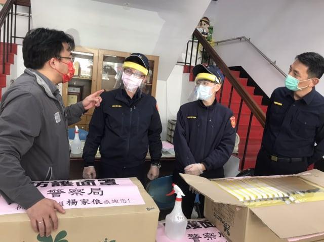桃園議員楊家俍贈防疫物資,助平鎮警安心抗疫。