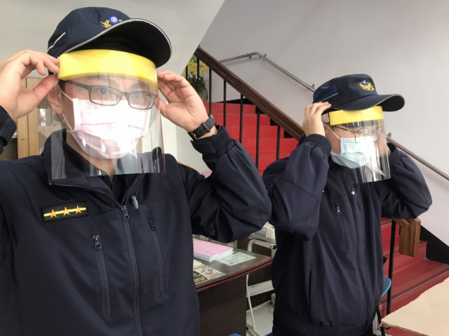 防護面罩給第一線防疫人員,以提升警察同仁的自我防疫能力。