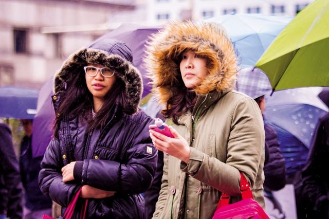 寒流來襲時的保暖衣物要能防風寒。(記者陳柏州/攝影)