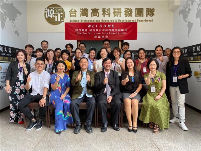 秘魯駐台北商務代表處處長與公司全體同仁合影。(源正集團提供)