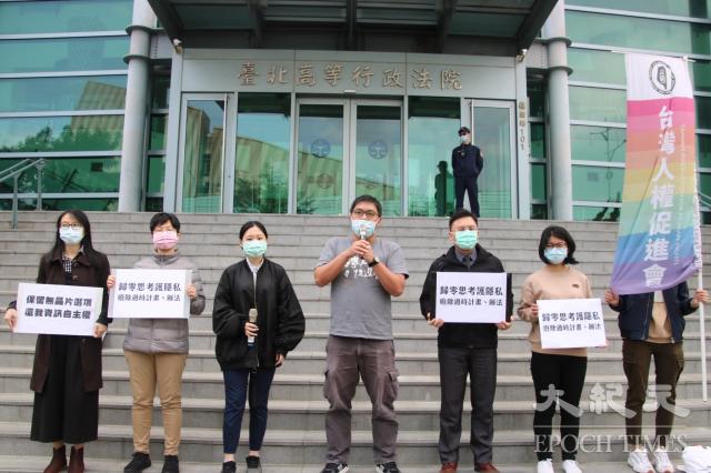 台灣人權促進會祕書長施逸翔2日表示,內政部應說明要如何因應立法院提出的資安疑慮、如何處理換發計畫及去年底公告的辦法。(台灣人權促進會提供)