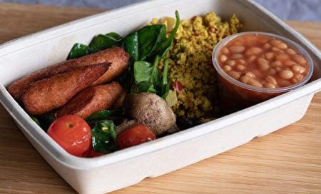 純素早餐有素香腸、烤馬鈴薯、煎香菇、炒豆腐、番茄和菠菜。(Shutterstock)