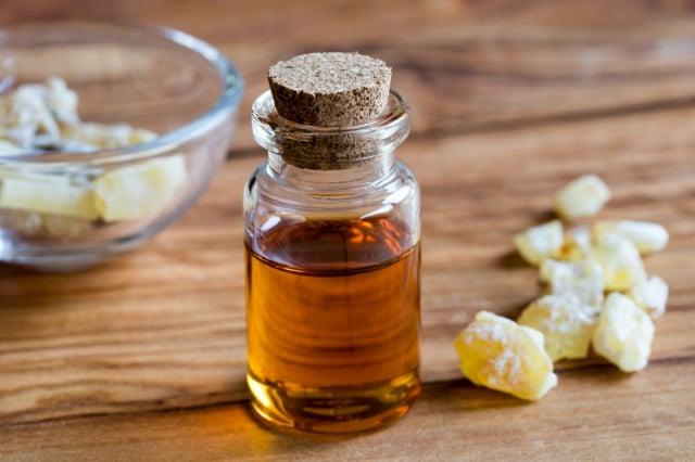 用精油製作「天然乾洗手噴霧」,不僅防病毒,還能提升免疫力、提振情緒。圖為乳香精油。(Shutterstock)