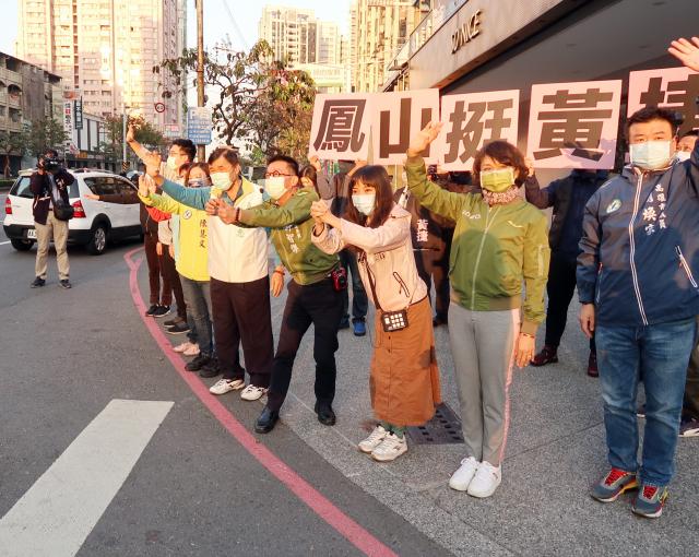 民進黨立委邱議瑩(右2)、許智傑(右4)2日陪同高雄市無黨籍市議員黃捷(右3),在鳳山建國路口宣傳反罷免投票,籲民眾力挺黃捷並投「不同意」罷免票。(中央社)
