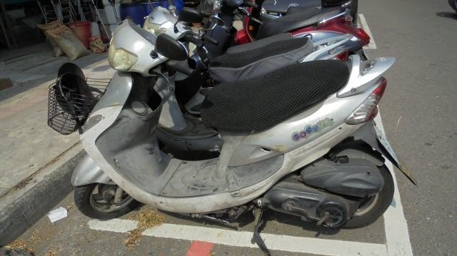 被查扣的劉姓男子光陽125CC機車(如圖第1部),劉男若不繳納罰鍰,其愛車將被法拍清償。