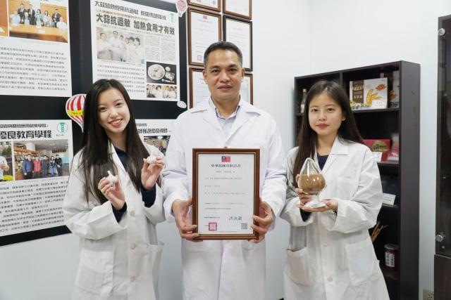 大葉大學藥保系副教授蔡仁傑(中)與醫院共同研究大蒜萃取物,其成果取得專利。(大葉大學提供)
