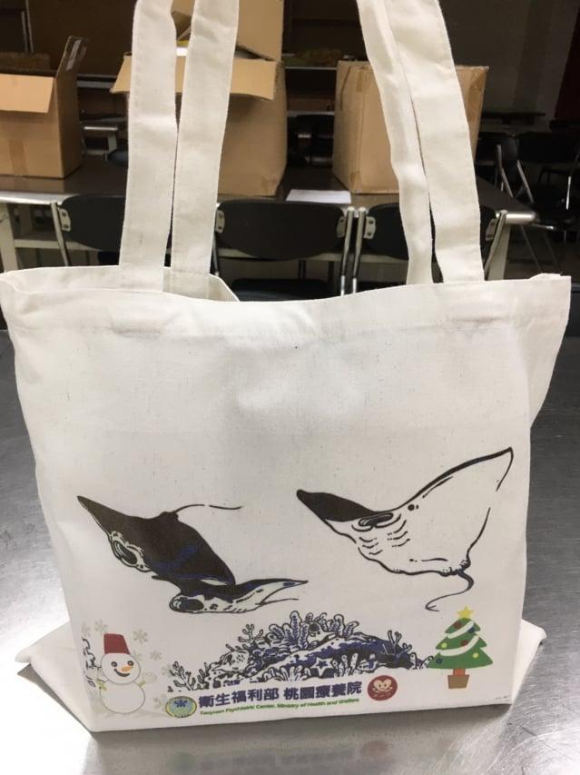 因應聖誕節的到來,推出不同款式的帆布手提袋。