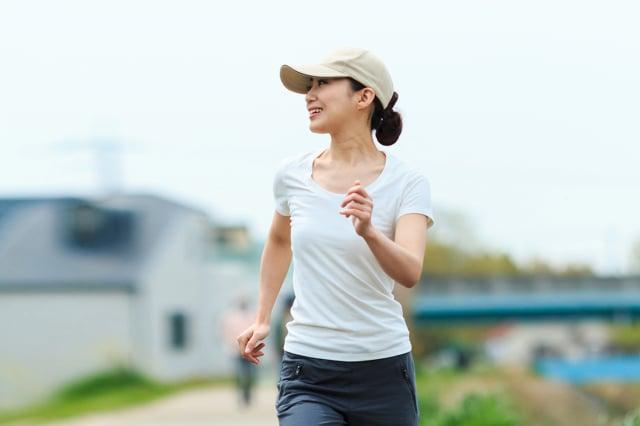 走路時,身體與情緒都會鬆弛下來,完全忘記緊繃的壓力,其實很多與壓力有關的毛病。(Shutterstock)