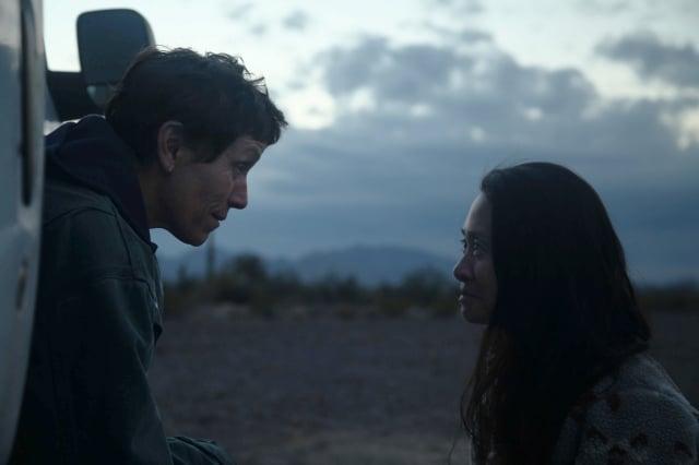 《游牧人生》(NOMADLAND)女主角法蘭西絲‧麥朵曼(Frances McDormand)與導演趙婷(Chloé Zhao)。(探照燈影業提供)