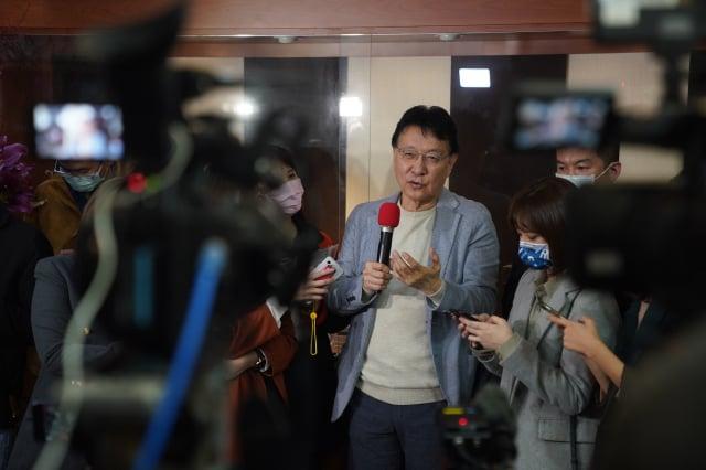 中廣董事長趙少康(中)近日回復國民黨籍,8日下午接受媒體訪問時表示,將爭取代表國民黨參選2024年總統大選。(中央社)