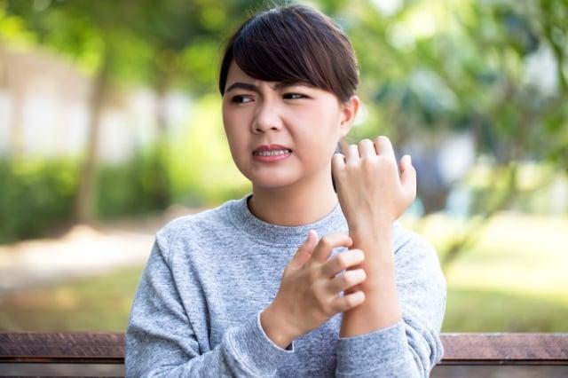皮膚乾癢、紅腫,甚至脫皮結痂的患者上門,大多都是溼疹所造成。 (123RF)