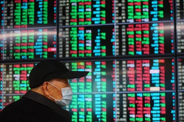 如果疫情惡化,恐讓股市與房市回歸基本面。(中央社)
