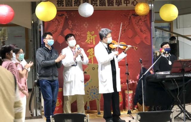 桃療郭博昭教授與音樂志工黃珍慧老師合奏。
