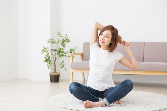 居家檢疫或隔離時無法作劇烈運動,可做簡易伸展等小運動。(fotolia)