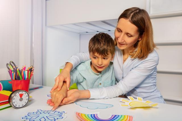 母親照顧自閉症兒童示意圖。(Shutterstock)