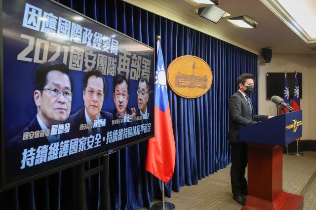 總統府19日下午召開記者會,總統府發言人張惇涵(右)會中宣布最新國安團隊人事異動。(中央社)