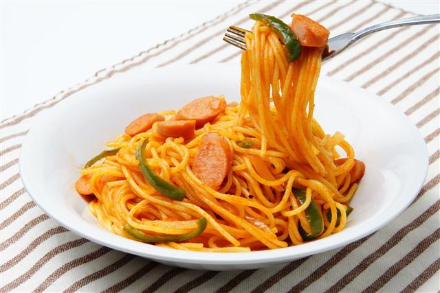 防疫期間在家用餐,要多注意營養均衡,切勿長期以調理包取代新鮮食材,盡量選擇食物的原型,才能吃得健康,又能提升免疫力。(Fotolia)