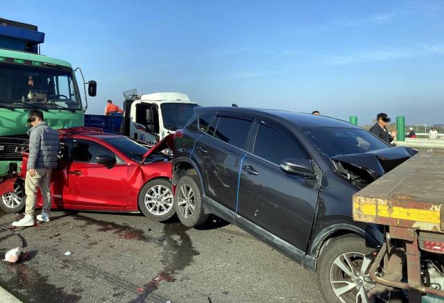 西濱快速道路雲嘉交界北上路段,21日上午7時半許發生20輛大小車連環撞車禍。(中央社)