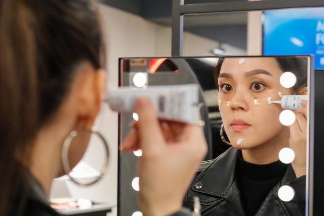 打底妝時,建議根據不同部位與膚況來挑選妝前乳。(MAKE UP FOR EVER提供)