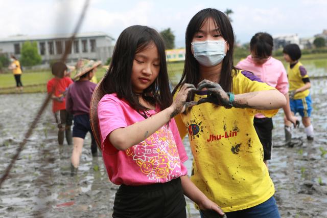體驗後,好玩、很累的林紫曦(右)及林品妘同學。