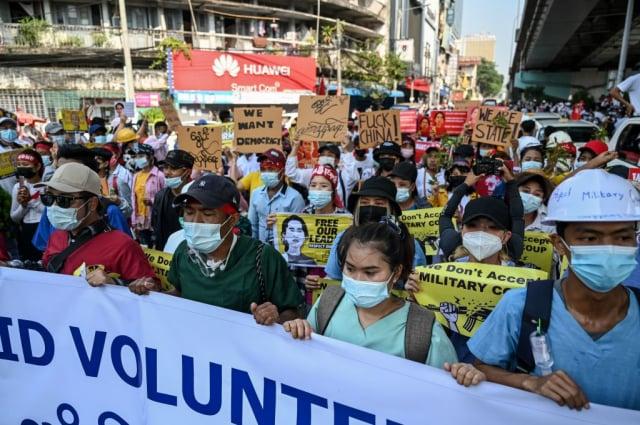 緬甸民眾抗議的對象不是只有緬甸軍方,他們還把矛頭指向了中共當局。圖為2月22日在仰光的抗議活動。( YE AUNG THU/AFP via Getty Images)