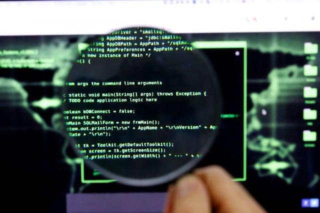 以色列資安公司發現,中共間諜利用最初由美國國家安全局(NSA)開發的程式進行駭客活動。電腦程式示意圖。(JACK GUEZ/AFP via Getty Images)