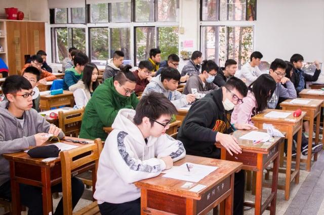 圖為大學入學考試學科能力測驗,考生在試場內測驗。(大紀元資料照)