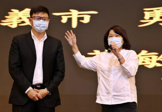 左為可口企業董事長吳旻融。