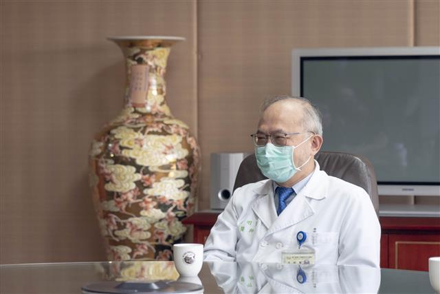 台大醫院吳明賢院長表示,對醫護人員來說清潔衣物真的是一件辛苦的事情,所以能有機器代勞以熱水洗滌確實可以減輕許多負擔,穿起來也更安全放心。(美第提供)