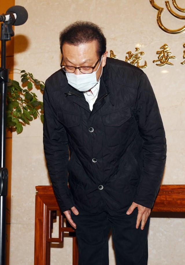 民進黨立委蘇震清26日在立法院舉行記者會表示,為不讓民進黨受到傷害、不讓府院黨高層困擾,他宣布即日起退黨。(中央社)