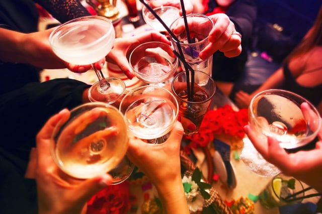 長期或過量飲酒除了傷肝、傷胃、引起痛風、心血管疾病外,甚至提高罹癌風險,危害全身。(123RF)