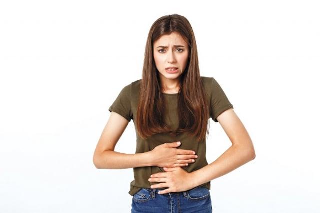 有些人的胃不好,經常有胃堵、胃反酸、噁心想吐的感覺。(123RF)