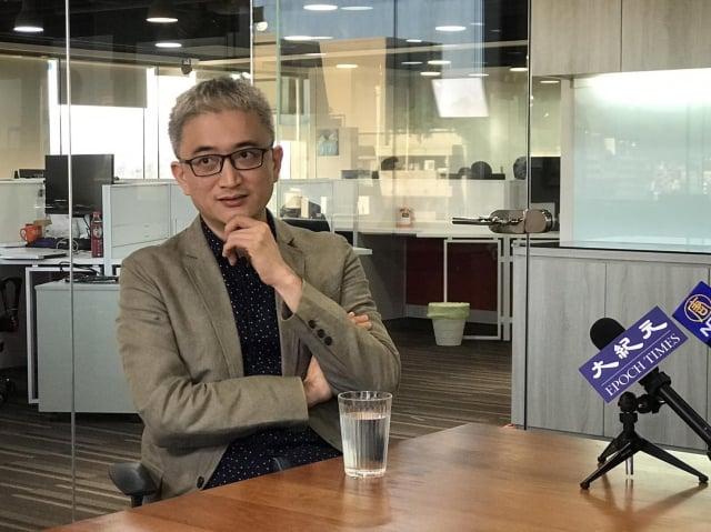 杜奕瑾接受《大紀元》專訪談「數位媒體霸權」。(記者李怡欣/攝影)