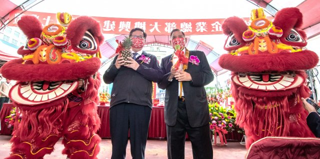 桃園市長鄭文燦與聲寶股份有限公司總裁陳盛油合影。