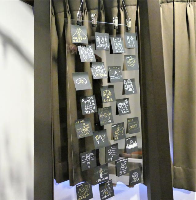 邱郁淨在臺中文學館的個人攝影展中,展出她為各個攝影作品手繪的構圖草稿。