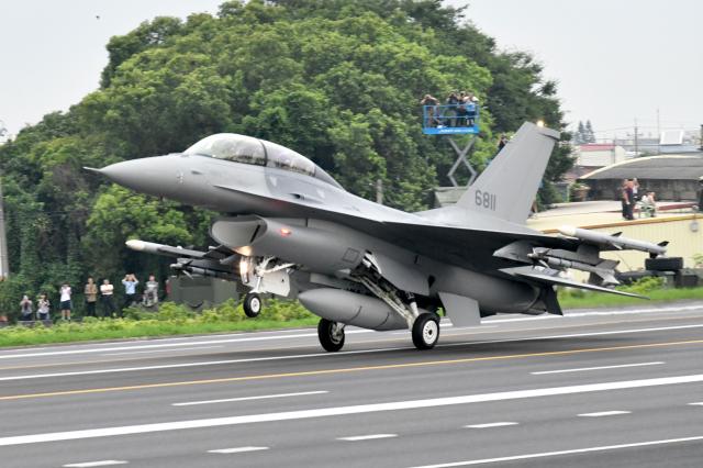 行政院長蘇貞昌表示,若有中共軍機擾臺,空軍一定在6分鐘內起飛。圖為我國F-16戰機。( SAM YEH/AFP via Getty Images)
