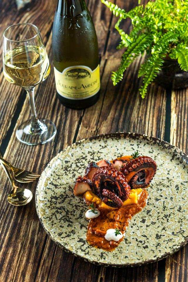 火烤章魚腳是以5小時低溫烹調再火烤炙燒。(Toasteria提供)