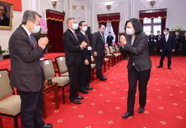 總統蔡英文(前右)9日在總統府接見中小企業代表,聽取企業代表建言。(中央社)