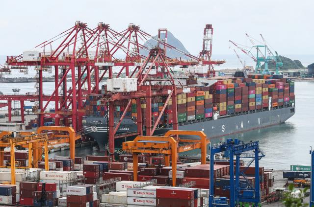 財政部9日公布2月出口狀況,達到277.9億美元(約新臺幣7,867億元),是歷年同月最高。(中央社)