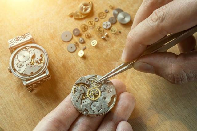 從組裝和調節機芯,到配備錶盤、指針、錶殼和手鍊,寶珀的每一步都需要製錶大師的高度注意力和靈活的巧手。(Shutterstock)