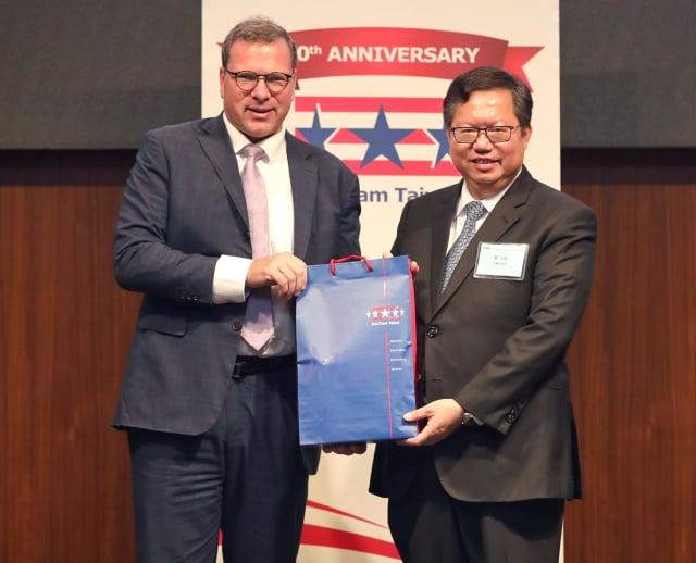 桃園市長鄭文燦(右)受邀出席台灣美國商會(AmCham Taiwan)舉辦永續發展創新午餐會。